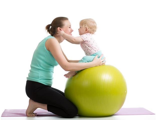 мать и ребенок занимаються упражнениями
