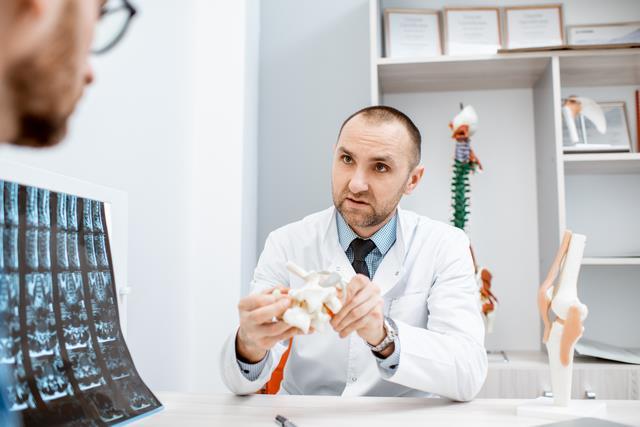 врач осматривает